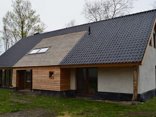 STROOM architecten Country style house Grey