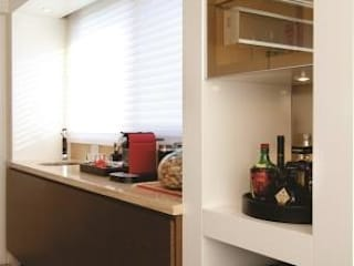 Apartamento clássico e aconchegante Adegas clássicas por Flávia Bastiani Arquitetura Clássico