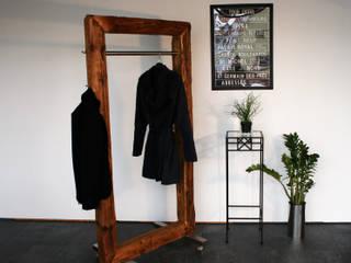 woodesign Christoph Weißer Corridor, hallway & stairsClothes hooks & stands Kayu Brown
