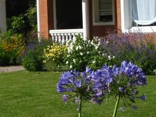Algunos de nuestros trabajos en distintos countries y barrios: Jardines de estilo  por Estudio Parques