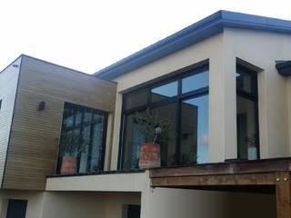 Maison contemporaine atypique en bois et acier: Maisons de style  par Concept Creation