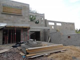 Construction d'une maison contemporaine atypique en bois et acier:  de style  par Concept Creation
