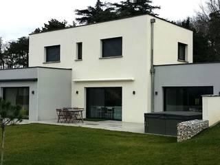 Construction d'une maison contemporaine avec toiture terrasse: Maisons de style  par Concept Creation