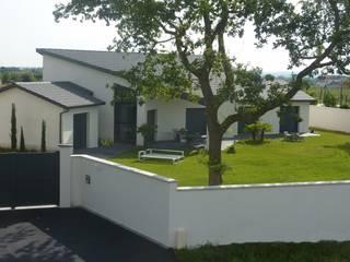 Maison à la toiture originale avec tuiles plates: Maisons de style  par Concept Creation