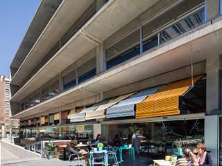 L'ACTIU Restaurant LOCA Studio Balcones y terrazas de estilo tropical Madera Turquesa