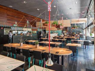 L'ACTIU Restaurant LOCA Studio Comedores de estilo tropical Madera Turquesa