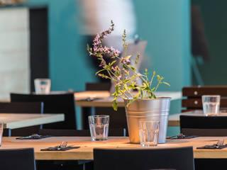 L'ACTIU Restaurant LOCA Studio Comedores de estilo mediterráneo Madera Turquesa