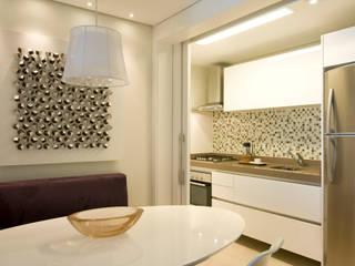 Apartamento em Moema, São Paulo: Salas de jantar  por Liliana Zenaro Interiores,