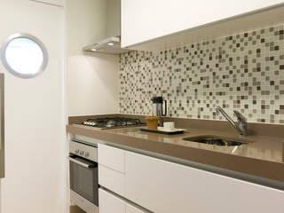 Apartamento em Moema, São Paulo: Cozinhas  por Liliana Zenaro Interiores,