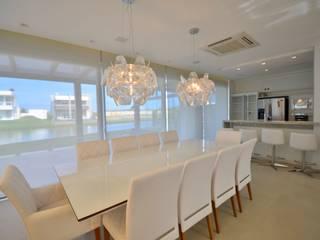 Casa Riviera: Salas de jantar  por Biazus Arquitetura e Design