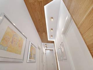 Pasillos y recibidores de estilo  por atelier qbe3