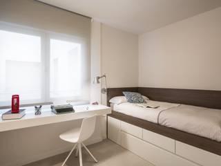 Ambientes frescos y ordenados: Dormitorios infantiles de estilo  de Laura Yerpes Estudio de Interiorismo