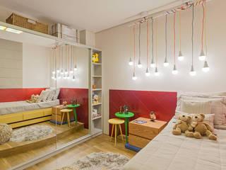 根據 Jacqueline Ortega Design de Ambientes 現代風