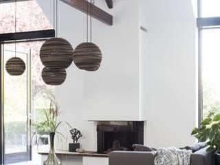 Verrassende uitbouw achter traditionele gevel: moderne Woonkamer door ENZO architectuur & interieur