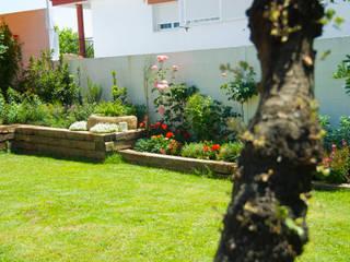 Jardín Rústico con toque chic en Extremadura Landscapers Jardines de estilo mediterráneo