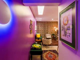 Enzo Sobocinski Arquitetura & Interiores 隨意取材風玄關、階梯與走廊 複合木地板 Multicolored