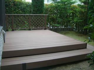 Balcones y terrazas de estilo moderno de 新家造園緑化 Moderno