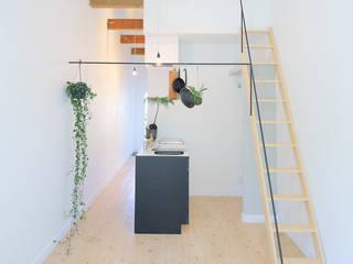 Black Line Apartment studio m+ by masato fujii モダンデザインの リビング 鉄/鋼 白色