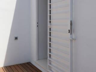 Casa de AM, en Bétera: Terrazas de estilo  de acertus