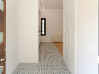 Modern corridor, hallway & stairs by acertus Modern
