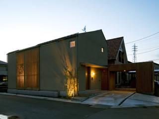 夕景2: LIC・山本建築設計事務所が手掛けた家です。