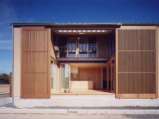 テラス: LIC・山本建築設計事務所が手掛けたベランダです。