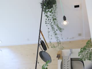 階段からの眺め: studio m+ by masato fujiiが手掛けた廊下 & 玄関です。