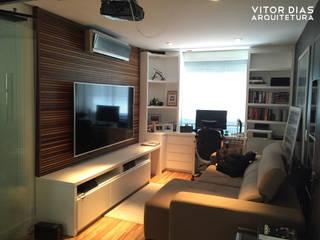 Home Theater integrado com Home Office: Salas de estar  por Vitor Dias Arquitetura,