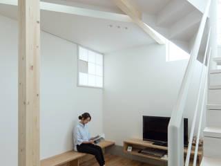 Livings de estilo minimalista de 一級建築士事務所 Atelier Casa Minimalista Madera Acabado en madera