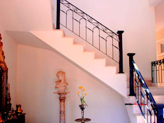 Marcelo Bicudo Arquitetura Colonial style corridor, hallway& stairs