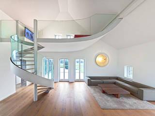 Moderne Spindeltreppe mit gebogener Glaswange SAAGE Treppenbau & Biegetechnik GmbH & Co. KG Moderne Wohnzimmer Glas