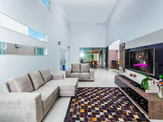 ADRIANA MELLO ARQUITETURA Moderne Wohnzimmer