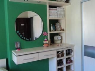 Tocador combinación de madera con pared verde:  de estilo  por crearinteriores