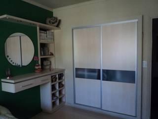 Placard en madera combinado con vidrio:  de estilo  por crearinteriores