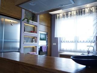 Kuchnia złoty dąb + szarość Nowoczesna kuchnia od Korin Design Nowoczesny