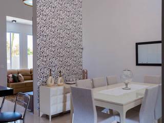 Clássica com toque de modernidade: Salas de jantar  por ADRIANA MELLO ARQUITETURA