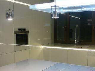 Kuchnia cała w bieli Minimalistyczna kuchnia od Korin Design Minimalistyczny