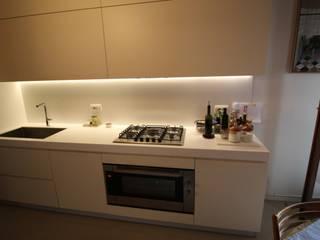 Cucina in legno laccato avorio con top in Krion di Fallacara Francesco Moderno