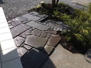 三郷F邸 庭のクニフジ Modern walls & floors