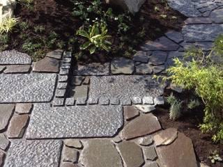 三郷F邸 庭のクニフジ Modern style gardens