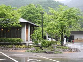 木曽K館 庭のクニフジ Jardines de estilo moderno