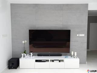 Nowoczesny salon ze ścianą z betonu architektonicznego Nowoczesny salon od Luxum Nowoczesny