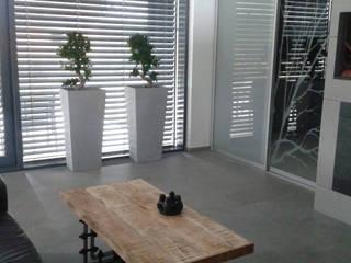 Donice z betonu architektonicznego Nowoczesny salon od Luxum Nowoczesny