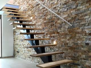 Detalle de escalera con viga central y peldaños flotantes: Pasillos y vestíbulos de estilo  por ALSE Taller de Arquitectura y Diseño, Moderno