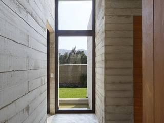 Casa oZsO Pasillos, vestíbulos y escaleras modernos de Martin Dulanto Moderno
