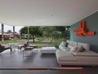 Casa Blanca Balcones y terrazas de estilo moderno de Martin Dulanto Moderno