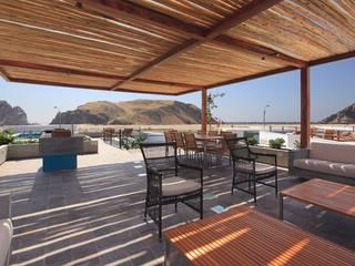 Casa Maple Balcones y terrazas modernos: Ideas, imágenes y decoración de Martin Dulanto Moderno