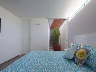 Casa P12 Martin Dulanto Modern style bedroom