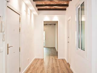 Grupo Inventia Pasillos, vestíbulos y escaleras de estilo mediterráneo Concreto Blanco