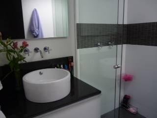 Banheiros modernos por La Carpinteria - Mobiliario Comercial Moderno